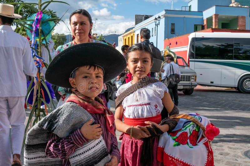 Kvinna och barn som kläs med traditionell kläder arkivfoto