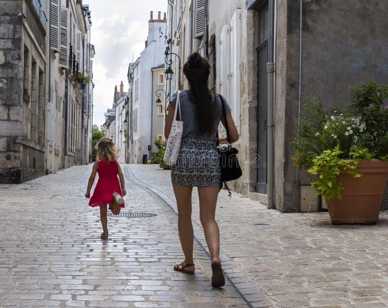 Kvinna- och barngränd Orleans arkivbild