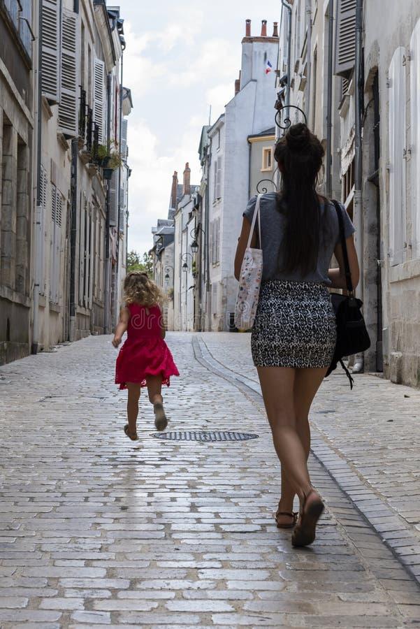 Kvinna- och barngränd Orleans Frankrike arkivfoton