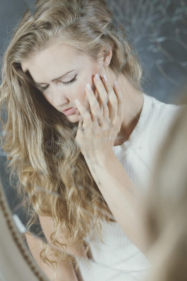 Kvinna och broken spegel royaltyfria bilder