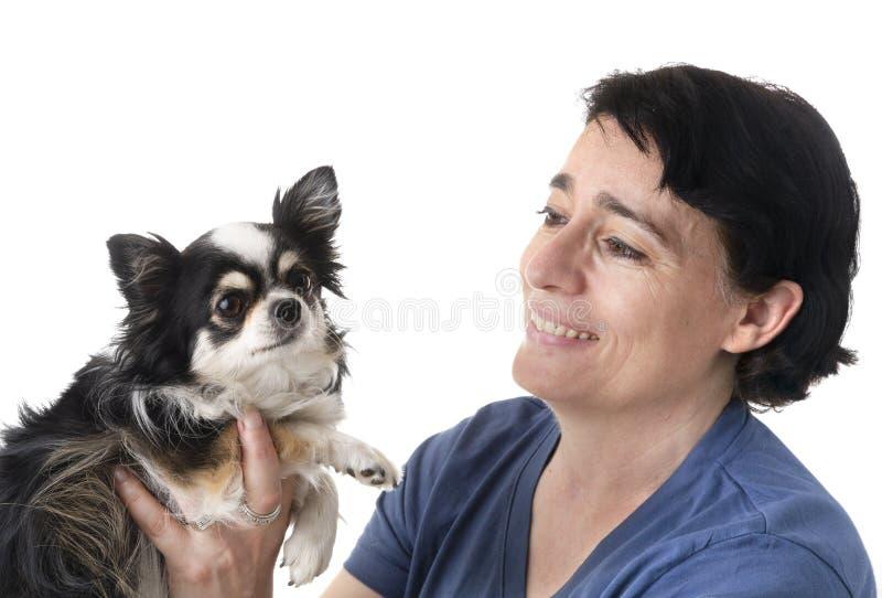 Kvinna och chihuahua royaltyfri fotografi