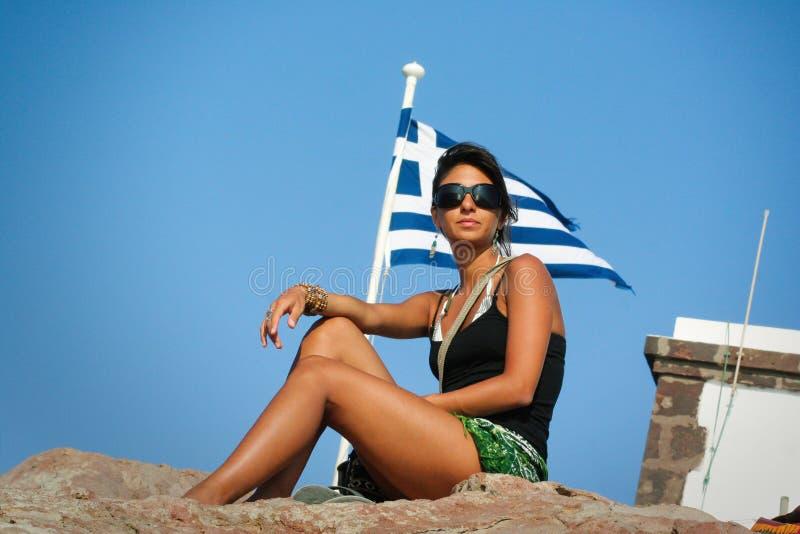 Kvinna och den grekiska flaggan greece ferie royaltyfria bilder