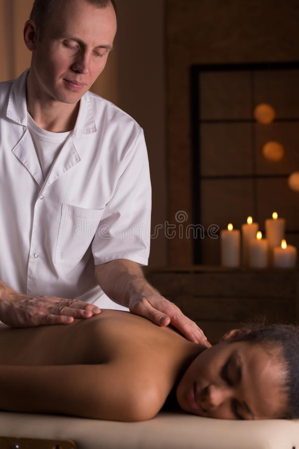 Kvinna och djup silkespappermassage royaltyfri fotografi
