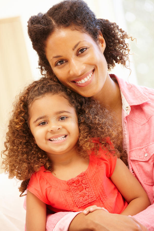 Kvinna och dotter för blandat lopp hemma royaltyfri fotografi
