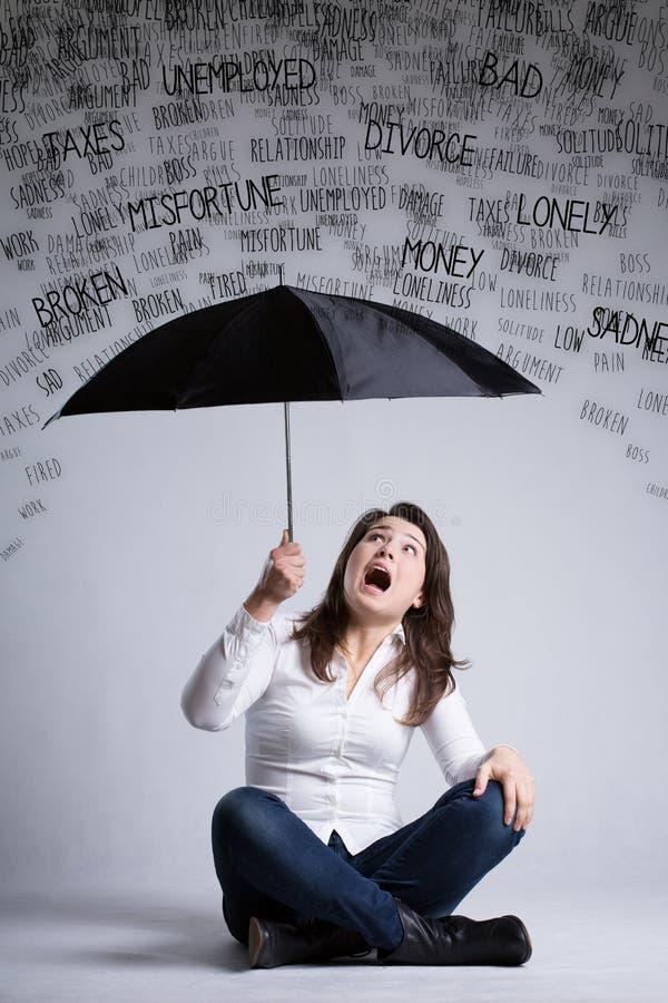 Kvinna och ett regn av problem royaltyfria foton