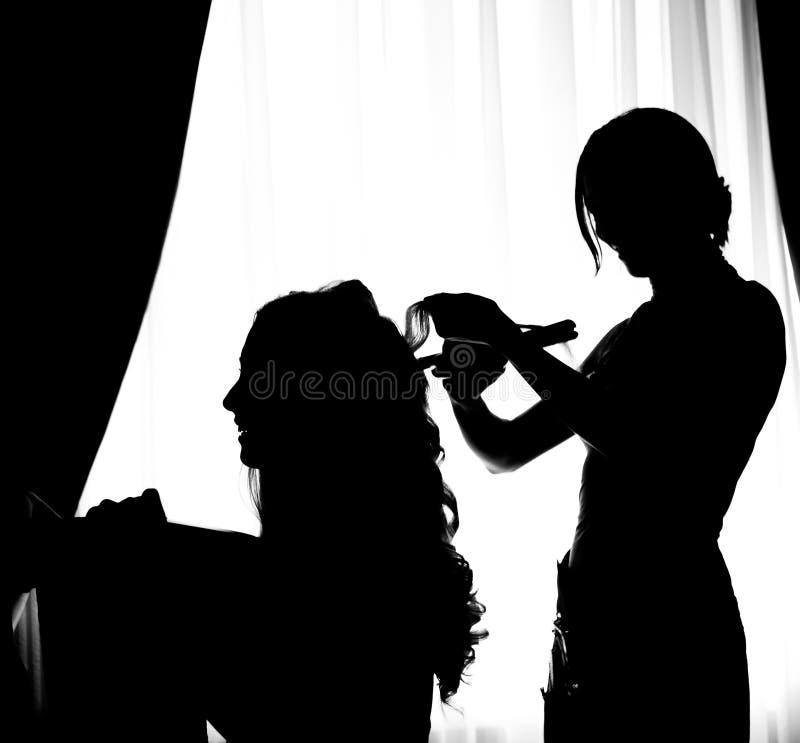 Kvinna och frisör i kontur royaltyfri foto