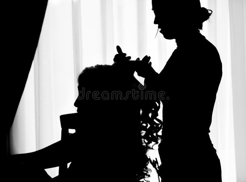 Kvinna och frisör i kontur arkivfoton