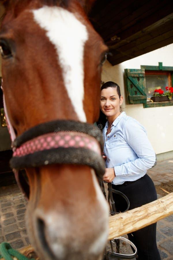 Kvinna- och hästbästa vän arkivfoto
