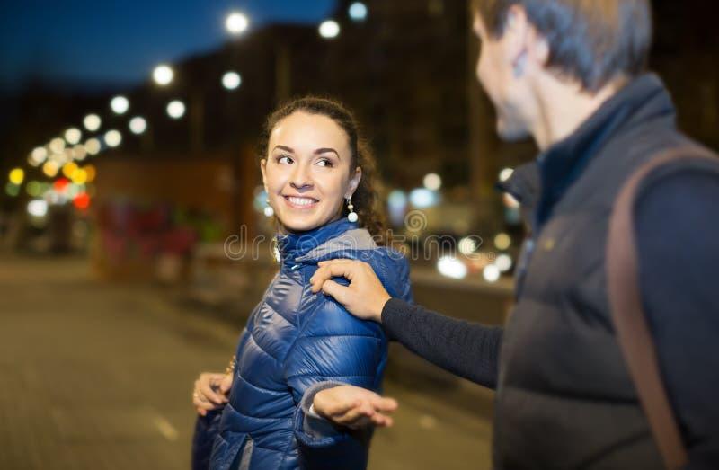 Kvinna och hadsome manmöte royaltyfri fotografi