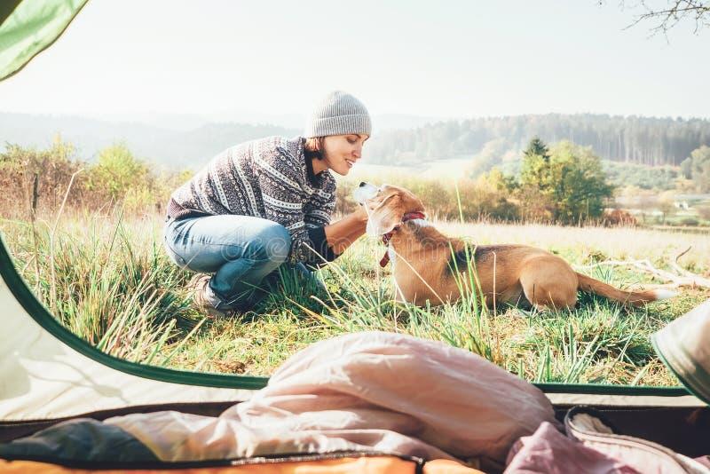 Kvinna och hennes hundanbudplats nära det campa tältet Aktiv fritid som reser med enkel begreppsbild för saker pet6 royaltyfria foton