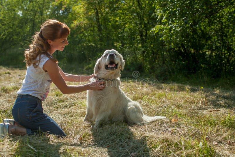 Kvinna och hund tillsammans arkivbilder