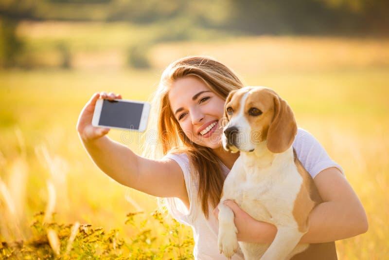 Kvinna- och hundselfie royaltyfri fotografi
