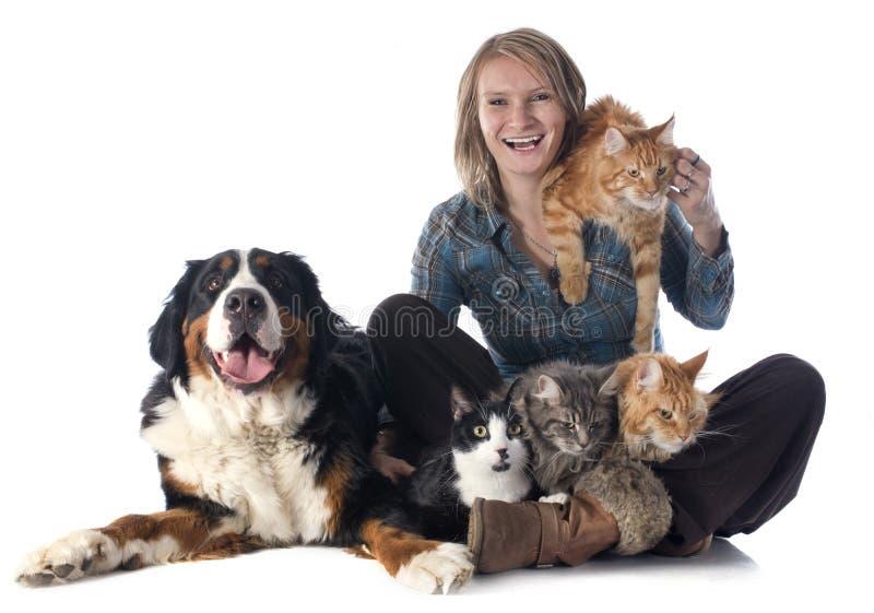 Kvinna och husdjur royaltyfria bilder