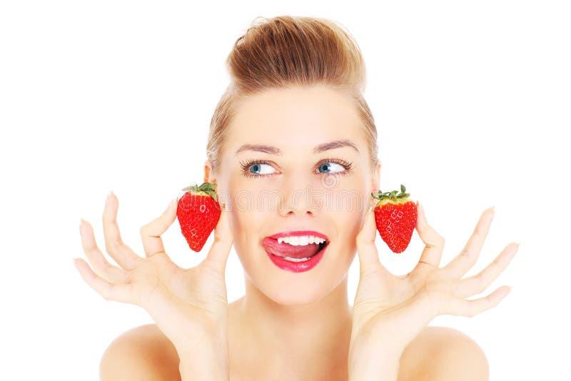 Kvinna och jordgubbar royaltyfri fotografi