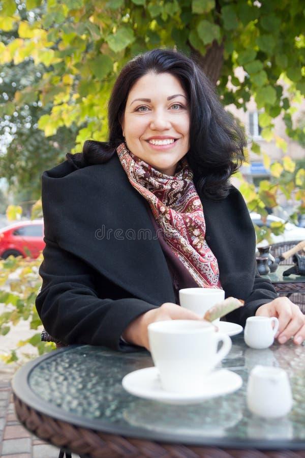Kvinna och kaffe i höst royaltyfria bilder