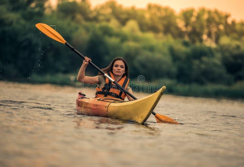 Kvinna och kajak royaltyfri fotografi