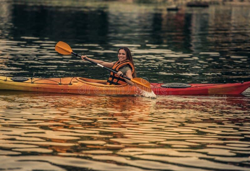 Kvinna och kajak fotografering för bildbyråer