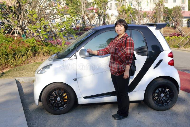 Kvinna och liten bil, Adobe rgb arkivbild