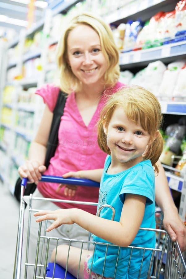 Kvinna och liten flicka som gör shopping arkivbild