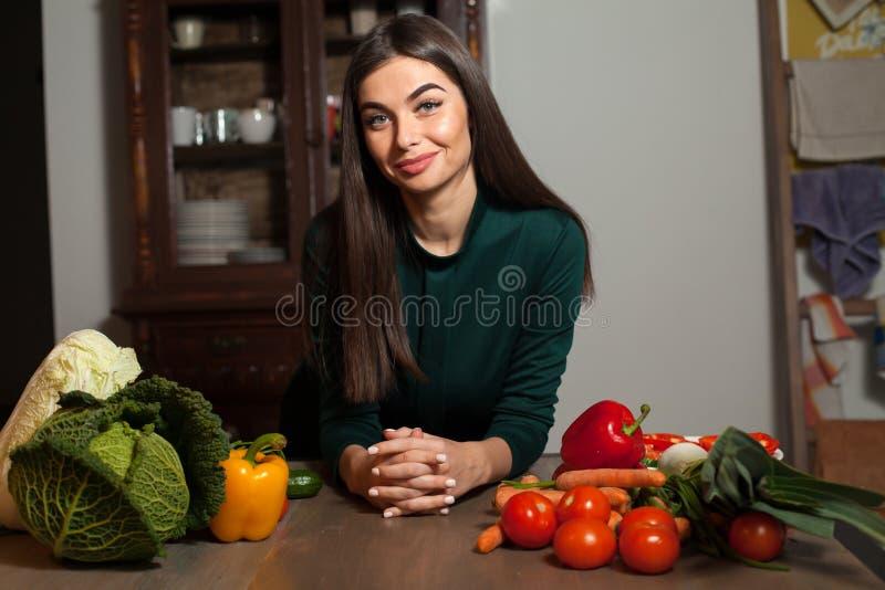Kvinna och många grönsaker arkivbilder