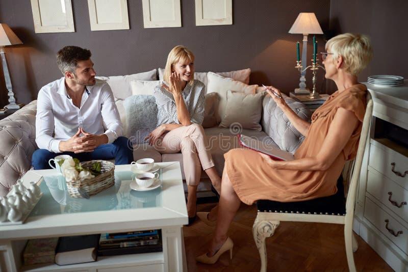 Kvinna och man i samtal med psykologen arkivfoto