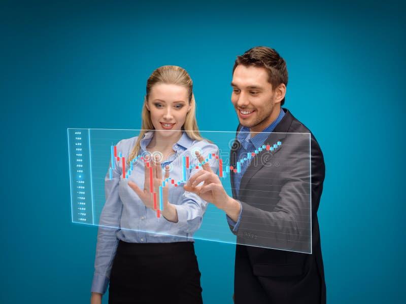 Kvinna och man som arbetar med forexdiagrammet royaltyfri bild
