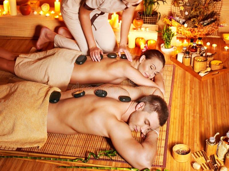 Kvinna och man som får massage i brunnsort. royaltyfri bild