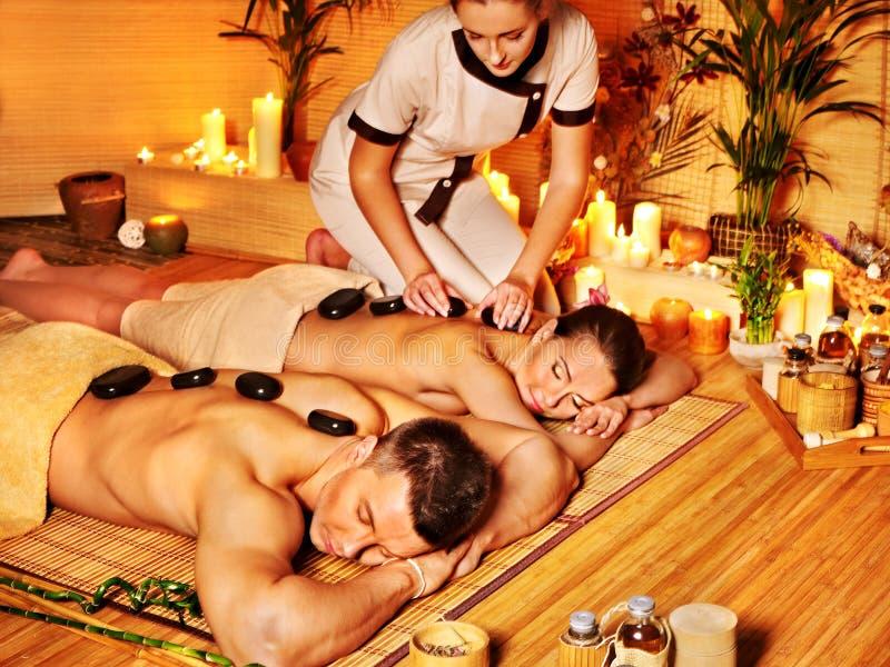 Kvinna och man som får stenterapimassage i brunnsort arkivbild