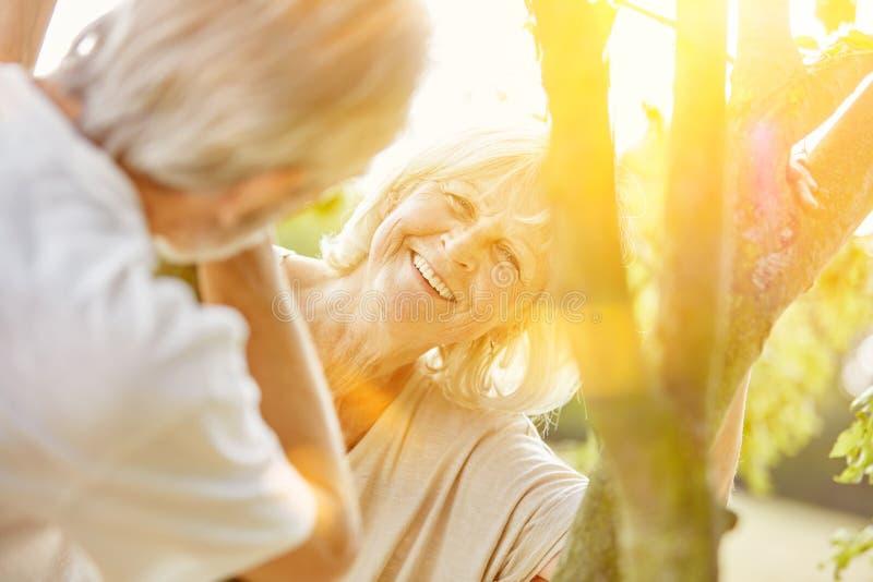 Kvinna och man som flörtar i sommar royaltyfria bilder
