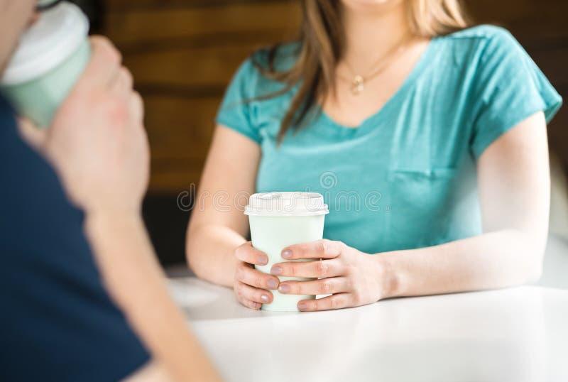 Kvinna och man som har kaffe tillsammans royaltyfri bild