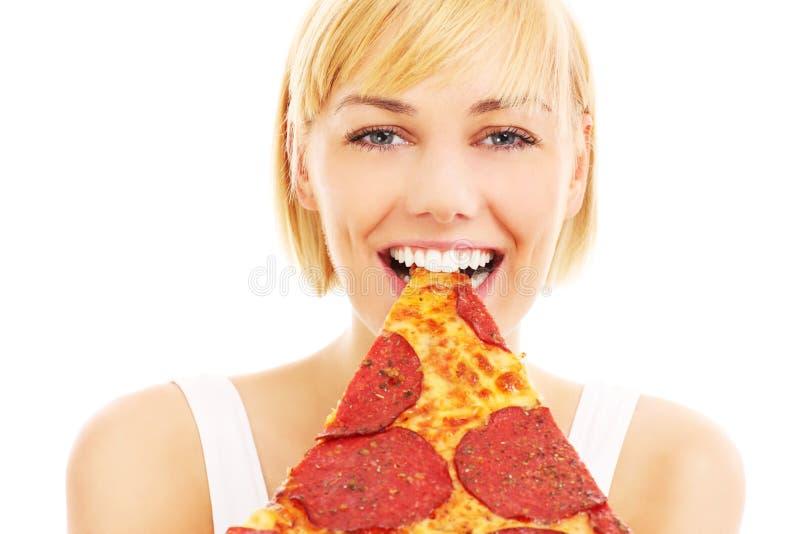 Kvinna- och peperonipizza royaltyfria bilder