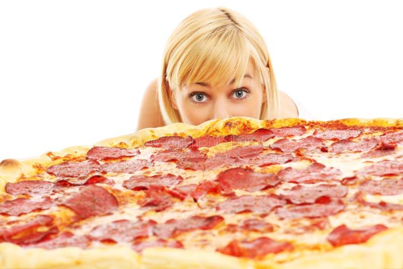 Kvinna och pizza arkivfoton