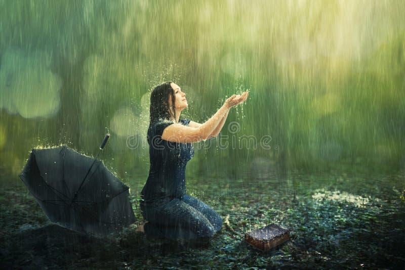 Kvinna- och regndusch royaltyfri foto