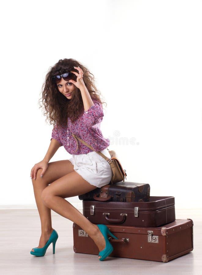 Kvinna och resväskor fotografering för bildbyråer