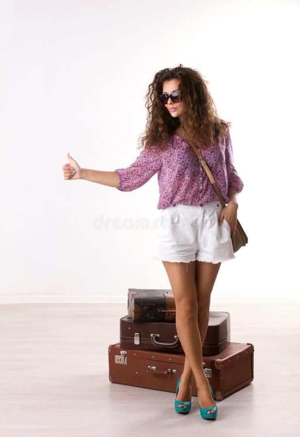 Kvinna och resväskor arkivbild