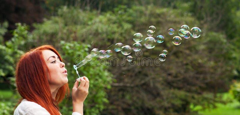 Download Kvinna och såpbubblor fotografering för bildbyråer. Bild av kvinna - 76702447