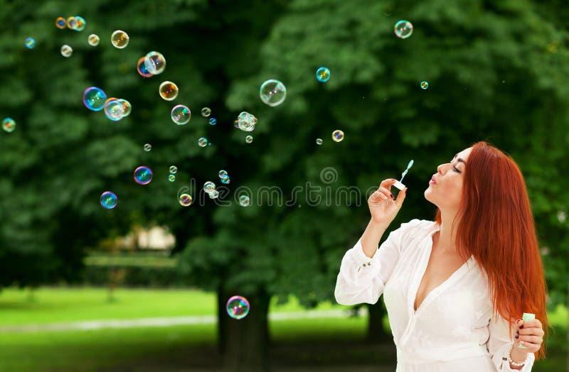 Download Kvinna och såpbubblor fotografering för bildbyråer. Bild av utomhus - 76702561
