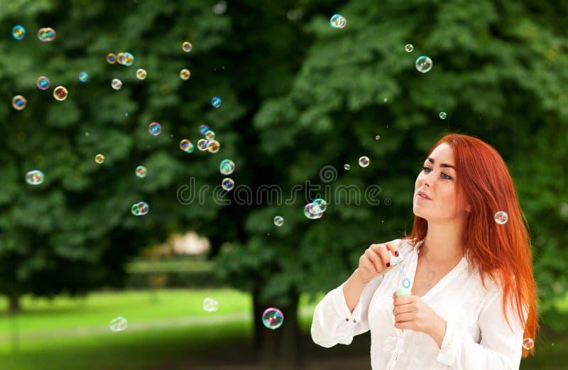 Download Kvinna och såpbubblor fotografering för bildbyråer. Bild av utomhus - 76702565