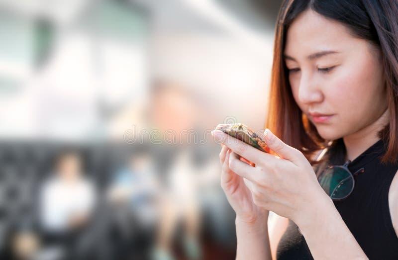 Kvinna och smart telefon arkivfoton