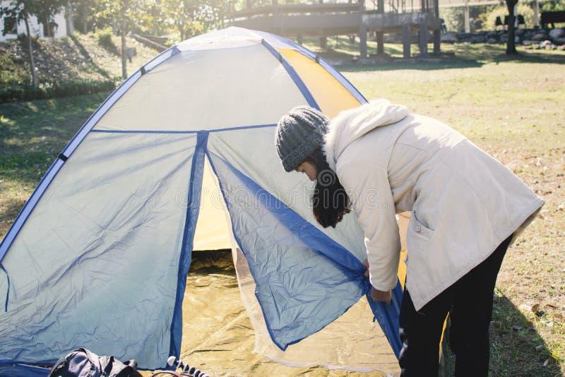 Kvinna- och tältbegreppsfotvandrare med att campa royaltyfri foto