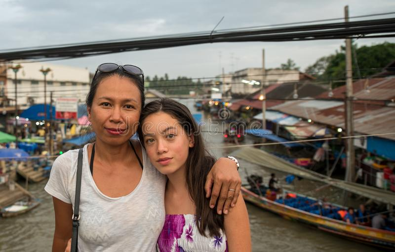 Kvinna och tonårigt anseende på att sväva marknaden arkivbild