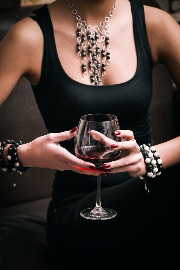 Kvinna och Wine royaltyfri foto