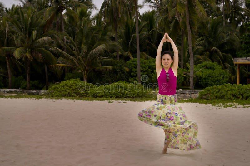 Kvinna och yoga i thtevind royaltyfri bild