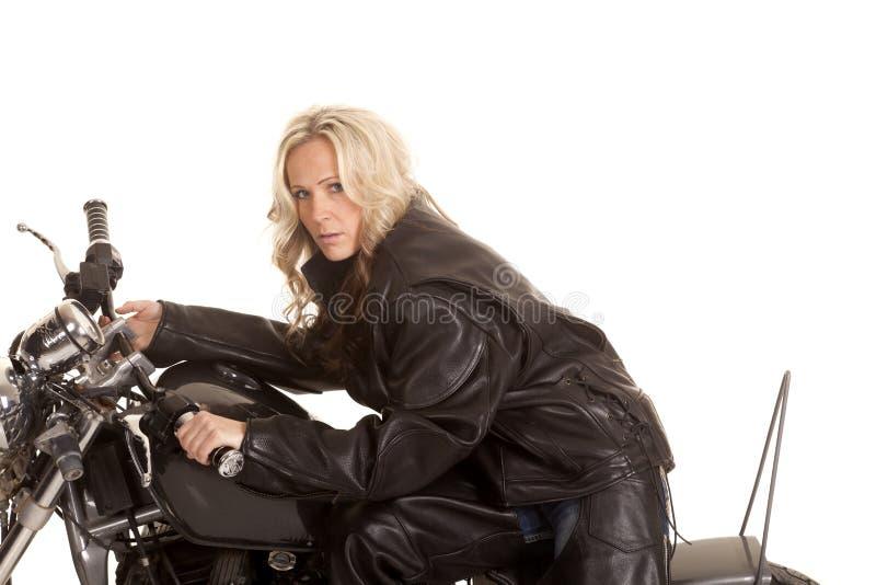 Kvinna på allvarligt se för motorcykel nära royaltyfri fotografi