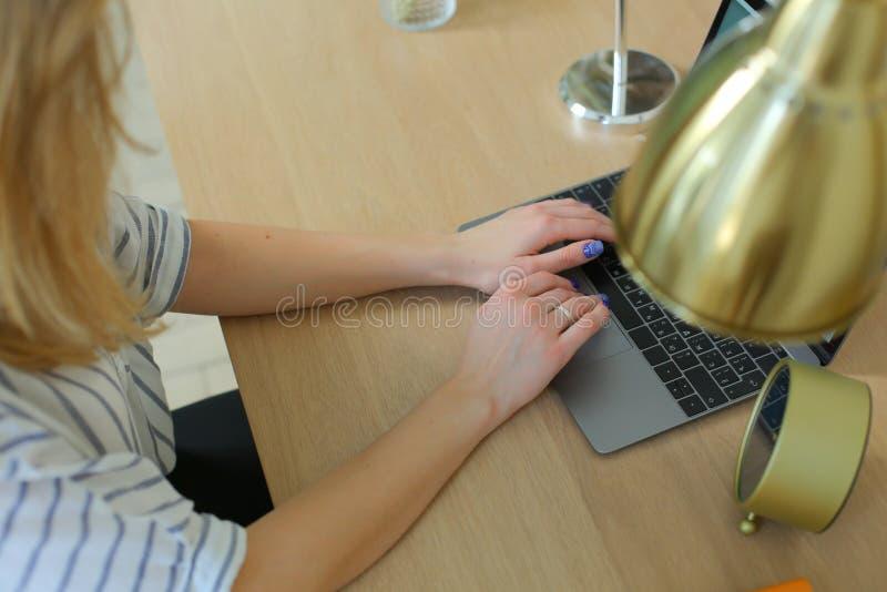 Kvinna på arbetsstället arkivfoton