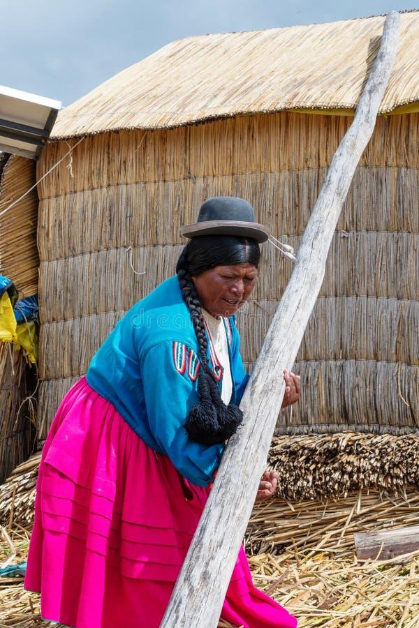 Kvinna på att sväva Uros öar på sjön Titicaca i Peru royaltyfri fotografi