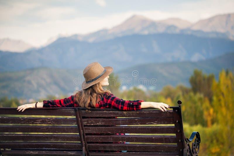 Kvinna på bänken på parkera arkivfoton