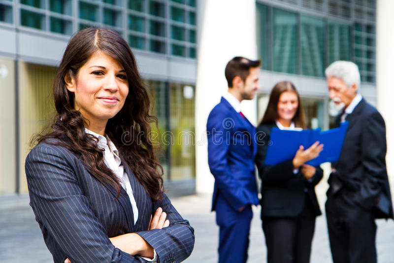 Kvinna på bakgrunden av affärsfolk royaltyfria foton