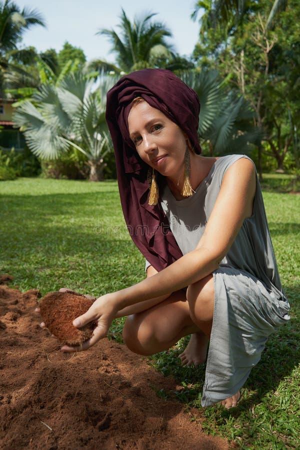 kvinna på bakgrunden av palmträd arkivfoton