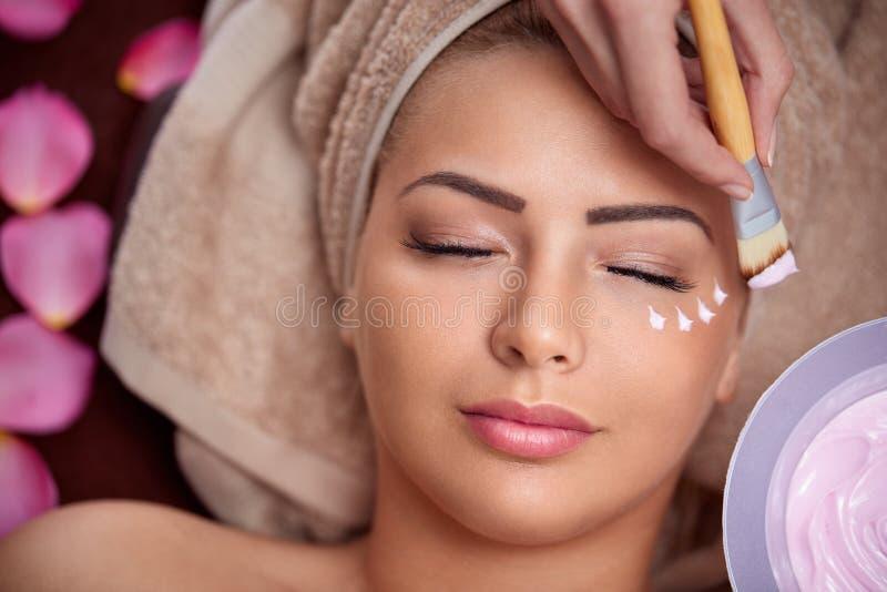 Kvinna på behandling av den kosmetiska maskeringen royaltyfri foto